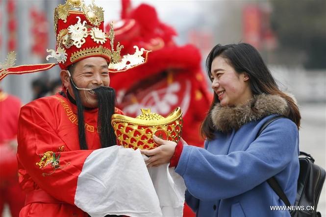 Người Trung Quốc chen chân nhận lì xì lấy may trong ngày Thần Tài - ảnh 9