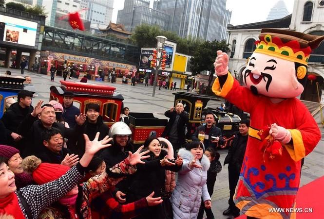 Người Trung Quốc chen chân nhận lì xì lấy may trong ngày Thần Tài - ảnh 5