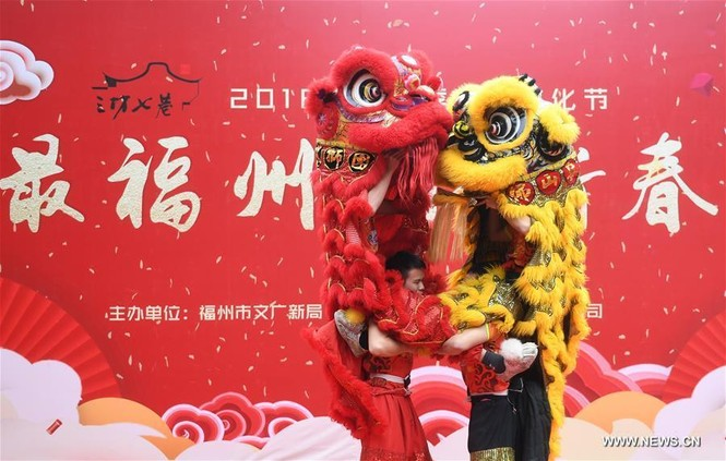 Người Trung Quốc chen chân nhận lì xì lấy may trong ngày Thần Tài - ảnh 1