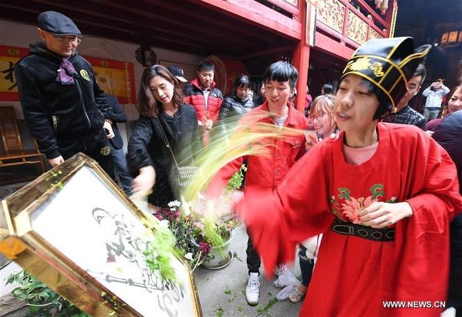 Người Trung Quốc chen chân nhận lì xì lấy may trong ngày Thần Tài - ảnh 2