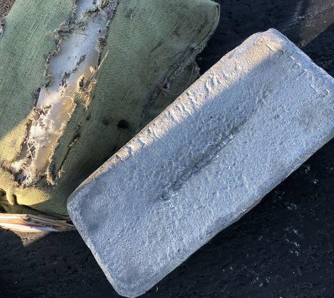 Hoa mắt nhìn 3 tấn vàng, đá quý rơi lả tả từ máy bay - ảnh 1