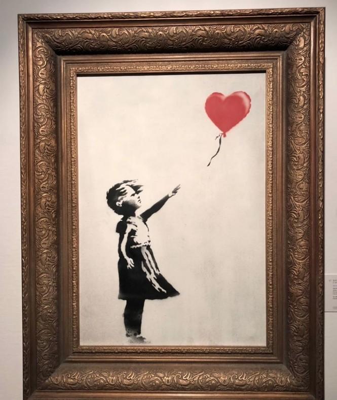 Bức họa nổi tiếng bất ngờ tự hủy sau khi được bán với giá 1 triệu bảng - ảnh 1