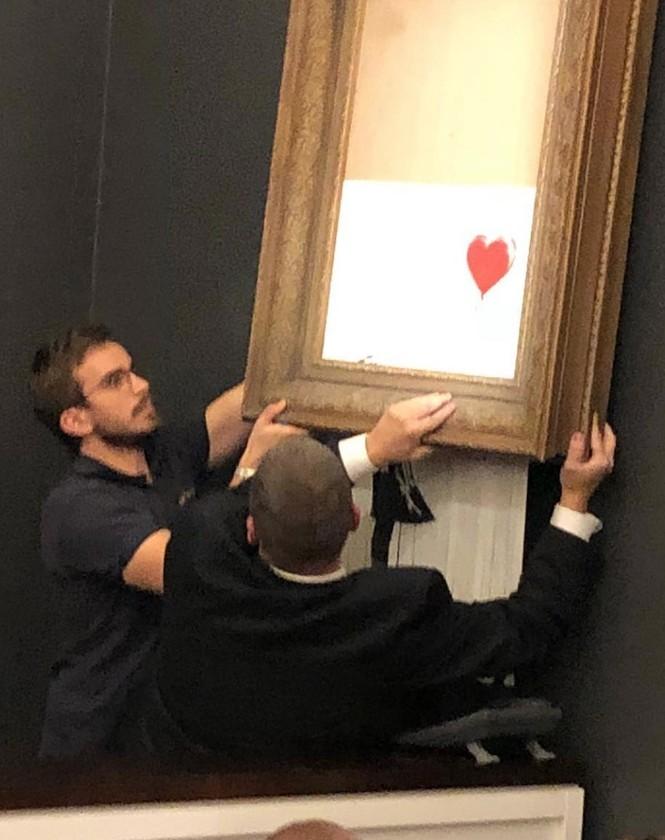 Bức họa nổi tiếng bất ngờ tự hủy sau khi được bán với giá 1 triệu bảng - ảnh 4