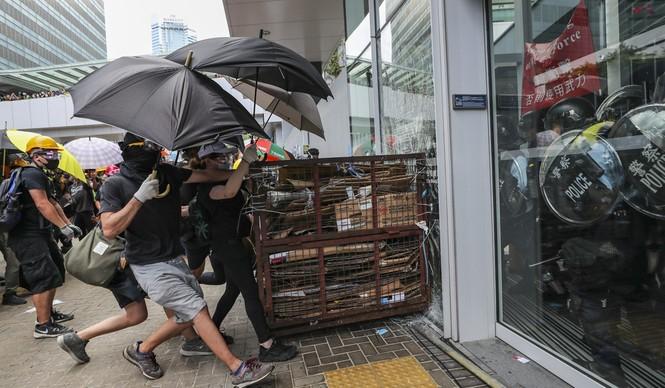 Lãnh đạo Hong Kong sốc vì người biểu tình phá hoại tòa nhà hành chính - ảnh 2