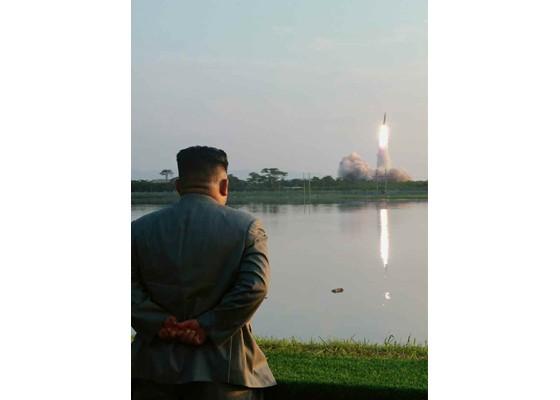 Ông Kim Jong-un cười tươi khi quân đội phóng tên lửa thành công - ảnh 1