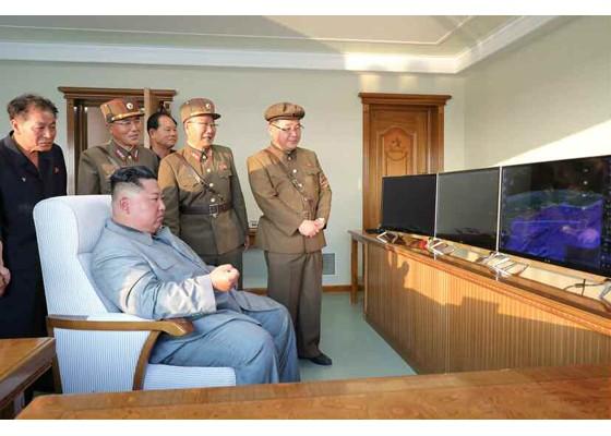 Ông Kim Jong-un cười tươi khi quân đội phóng tên lửa thành công - ảnh 11