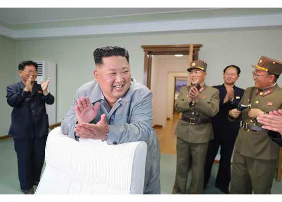Ông Kim Jong-un cười tươi khi quân đội phóng tên lửa thành công - ảnh 12