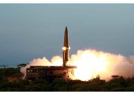 Ông Kim Jong-un cười tươi khi quân đội phóng tên lửa thành công - ảnh 4