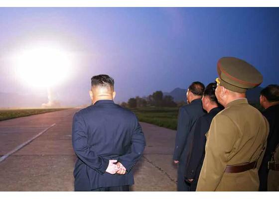 Xem tên lửa Triều Tiên bay qua thủ đô, bắn trúng mục tiêu trên biển - ảnh 1