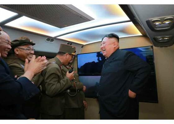 Xem tên lửa Triều Tiên bay qua thủ đô, bắn trúng mục tiêu trên biển - ảnh 7