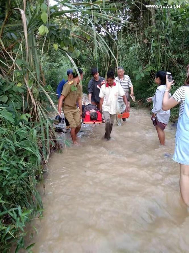 Lào: Xe chở du khách Trung Quốc lao xuống vực, hơn 40 người thương vong - ảnh 4