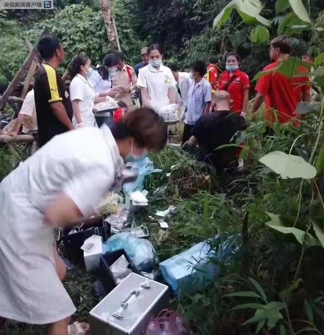 Lào: Xe chở du khách Trung Quốc lao xuống vực, hơn 40 người thương vong - ảnh 3
