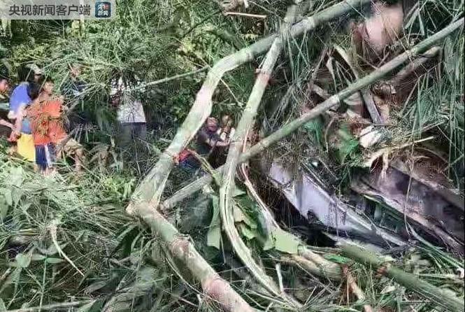 Lào: Xe chở du khách Trung Quốc lao xuống vực, hơn 40 người thương vong - ảnh 1