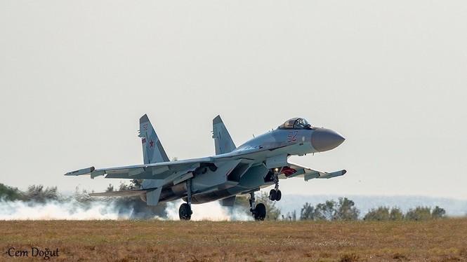 Su-35 Nga trình diễn nhào lộn trên bầu trời Thổ Nhĩ Kỳ - ảnh 1