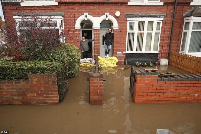 Thăm vùng lụt, Thủ tướng Anh hăng hái cầm chổi lau nhà - ảnh 9