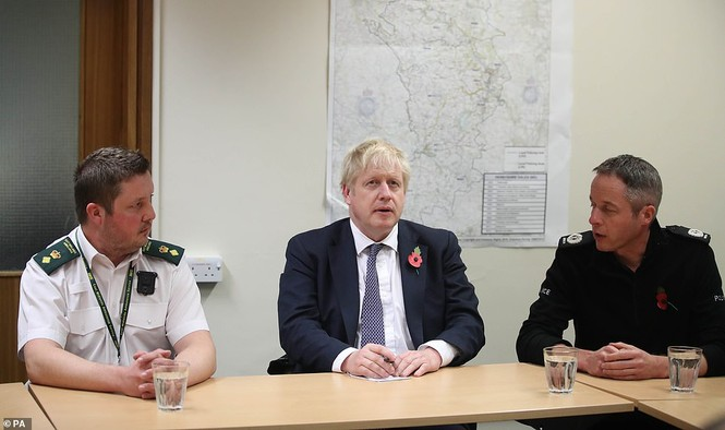Thăm vùng lụt, Thủ tướng Anh hăng hái cầm chổi lau nhà - ảnh 10
