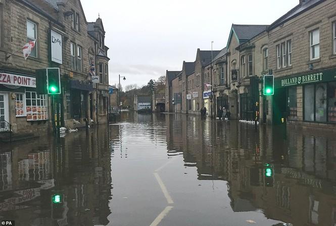 Thăm vùng lụt, Thủ tướng Anh hăng hái cầm chổi lau nhà - ảnh 8