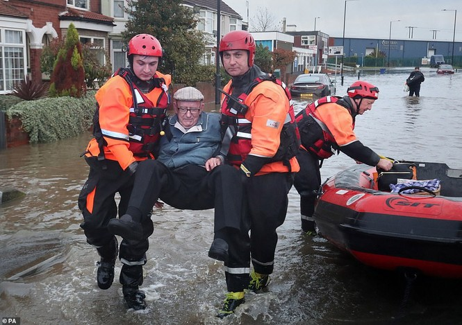 Thăm vùng lụt, Thủ tướng Anh hăng hái cầm chổi lau nhà - ảnh 2