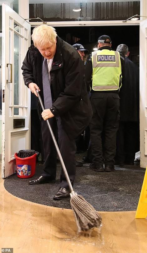Thăm vùng lụt, Thủ tướng Anh hăng hái cầm chổi lau nhà - ảnh 6