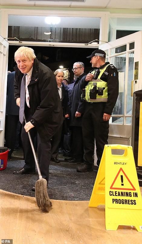 Thăm vùng lụt, Thủ tướng Anh hăng hái cầm chổi lau nhà - ảnh 5