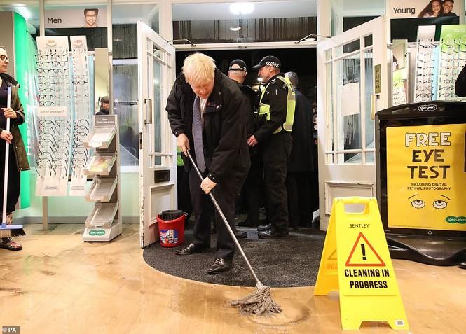 Thăm vùng lụt, Thủ tướng Anh hăng hái cầm chổi lau nhà - ảnh 4