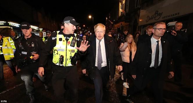 Thăm vùng lụt, Thủ tướng Anh hăng hái cầm chổi lau nhà - ảnh 3
