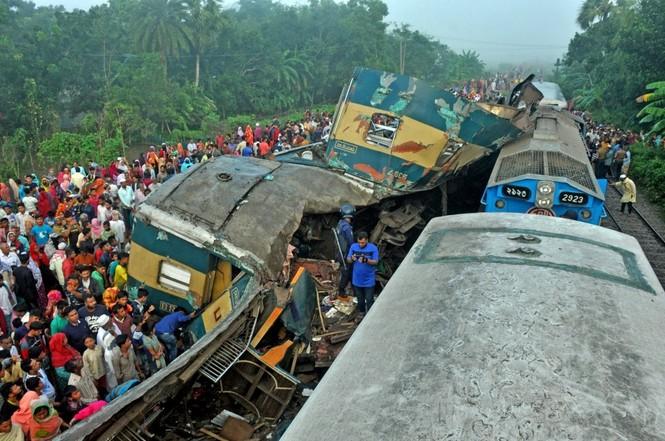 Tàu hỏa đâm nhau, toa chở khách bị xé toạc, hơn 100 người thương vong - ảnh 1