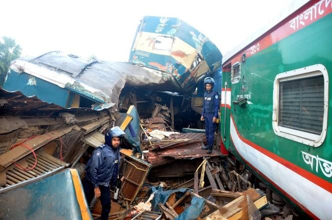 Tàu hỏa đâm nhau, toa chở khách bị xé toạc, hơn 100 người thương vong - ảnh 3