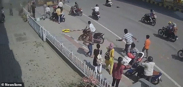 Xe hơi 'từ trên trời' rơi trúng điểm chờ xe buýt, một phụ nữ chết oan - ảnh 2