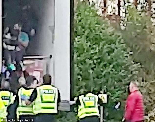 Phát hiện bà bầu, em nhỏ nghi nhập cư trốn trên thùng xe tải ở Anh - ảnh 3