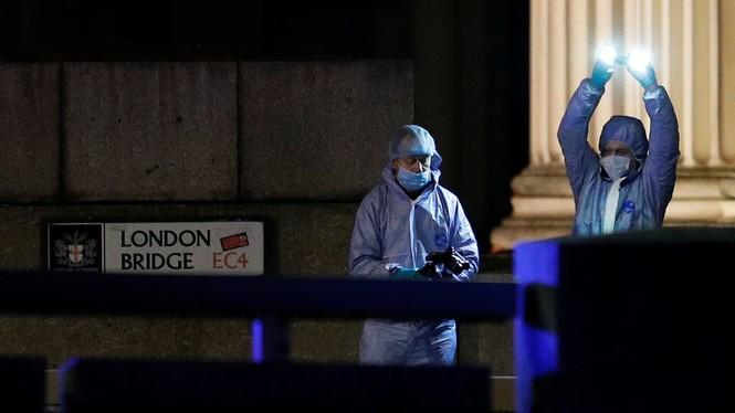 Khủng bố đâm dao gần cầu London, nhiều người thương vong - ảnh 2