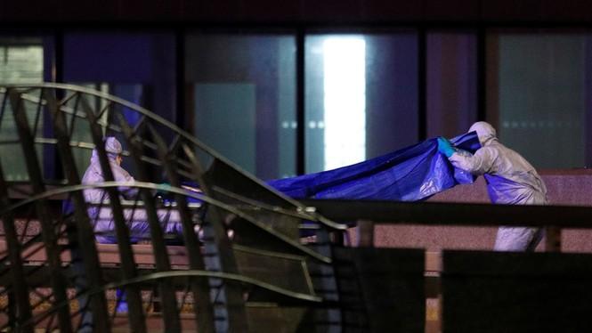 Khủng bố đâm dao gần cầu London, nhiều người thương vong - ảnh 1