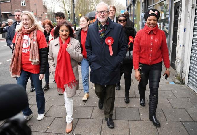 Tổng tuyển cử Anh: Thủ tướng Boris Johnson dắt chó đi bỏ phiếu - ảnh 4