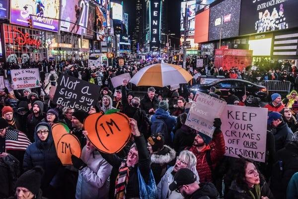 Dân Mỹ rủ nhau xuống đường ủng hộ luận tội Tổng thống Trump - ảnh 6
