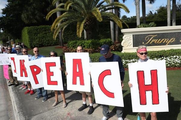 Dân Mỹ rủ nhau xuống đường ủng hộ luận tội Tổng thống Trump - ảnh 1