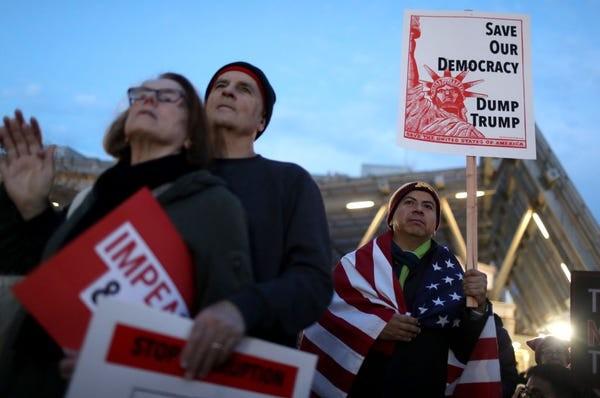 Dân Mỹ rủ nhau xuống đường ủng hộ luận tội Tổng thống Trump - ảnh 3