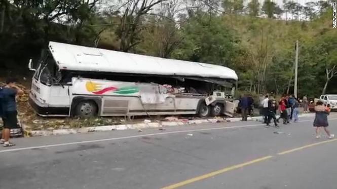 Xe buýt nát đuôi sau cú đâm xe tải, 21 người mất mạng - ảnh 1