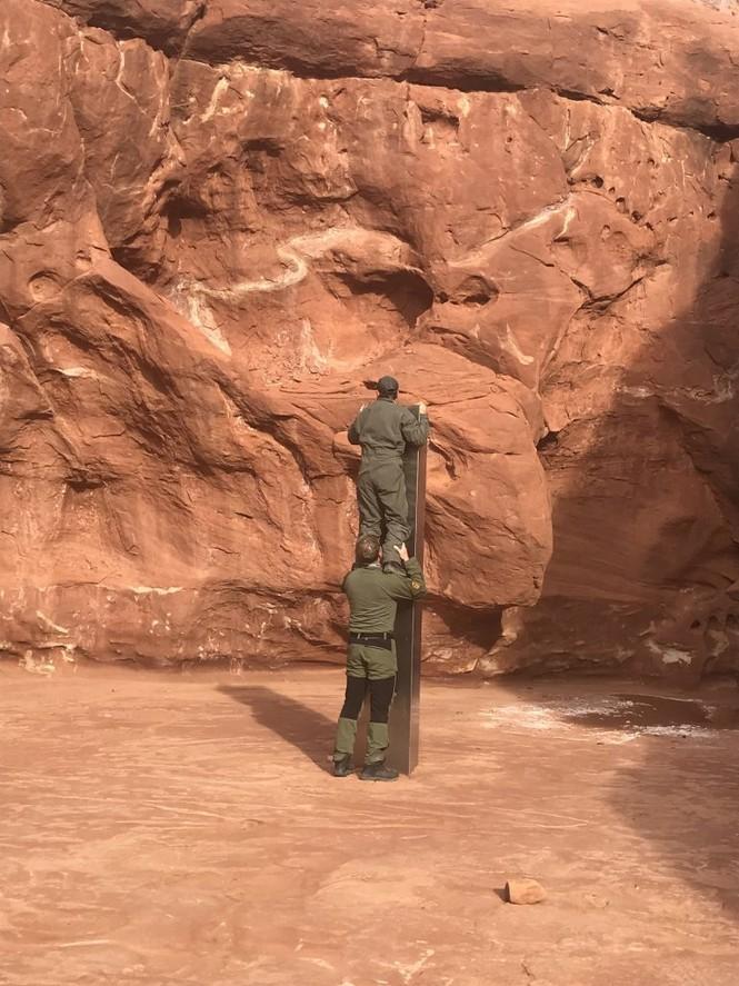 Phi công phát hiện vật thể kim loại bí ẩn giữa sa mạc khi đang đếm cừu - ảnh 2