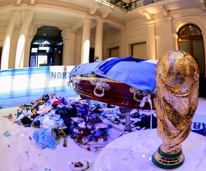 Người hâm mộ đụng độ cảnh sát tại tang lễ huyền thoại Maradona - ảnh 8