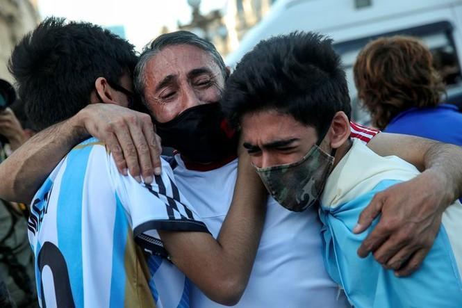 Người hâm mộ đụng độ cảnh sát tại tang lễ huyền thoại Maradona - ảnh 6