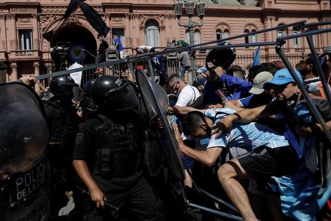 Người hâm mộ đụng độ cảnh sát tại tang lễ huyền thoại Maradona - ảnh 4