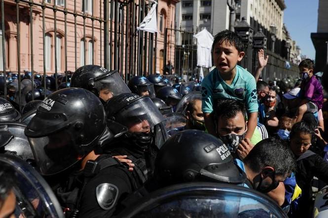 Người hâm mộ đụng độ cảnh sát tại tang lễ huyền thoại Maradona - ảnh 3