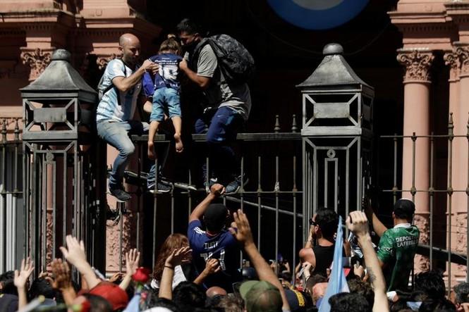 Người hâm mộ đụng độ cảnh sát tại tang lễ huyền thoại Maradona - ảnh 5
