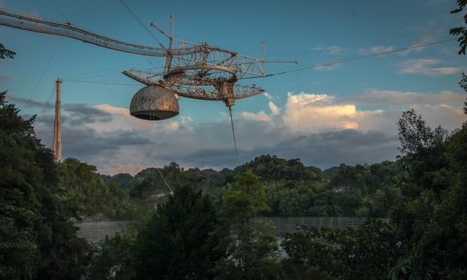 Siêu kính viễn vọng đổ sập sau nhiều thập kỉ săn tín hiệu ngoài hành tinh - ảnh 1