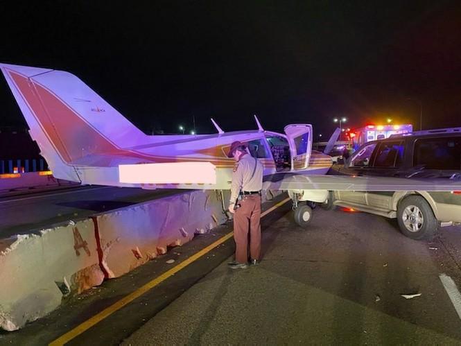 Hạ cánh khẩn cấp xuống đường cao tốc, máy bay đâm trúng xe hơi - ảnh 2