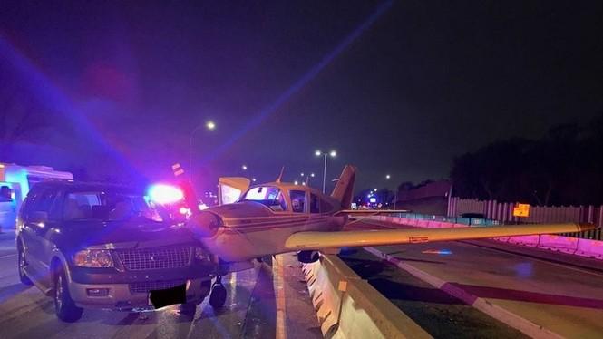 Hạ cánh khẩn cấp xuống đường cao tốc, máy bay đâm trúng xe hơi - ảnh 1