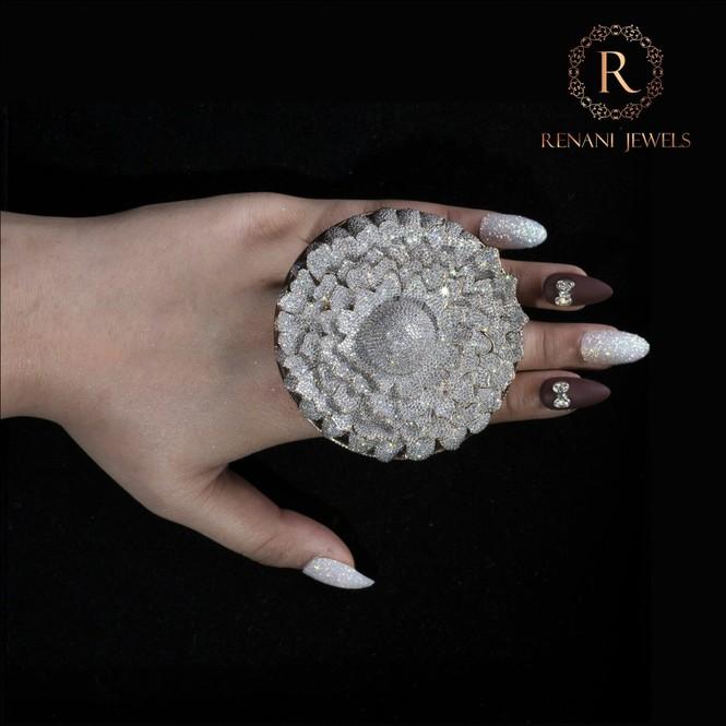 Ngắm chiếc nhẫn 'Cúc vạn thọ' lập kỉ lục thế giới với 12.600 viên kim cương - ảnh 5