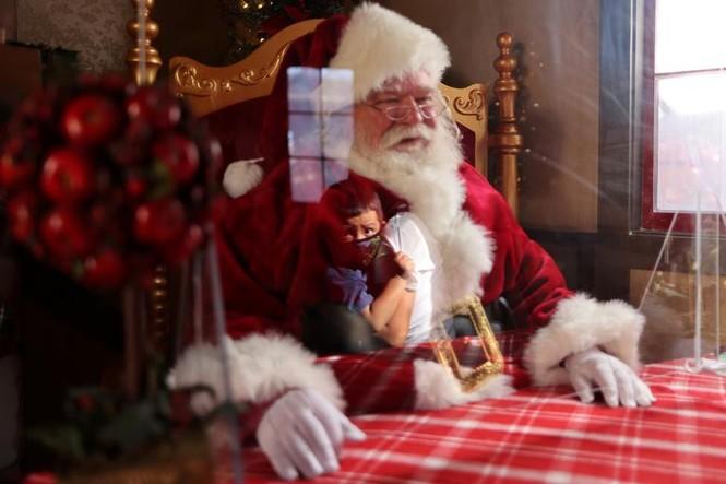 Giáng sinh thời COVID-19: Ông già Noel trong bong bóng, đồ trang trí cũng đeo khẩu trang - ảnh 4