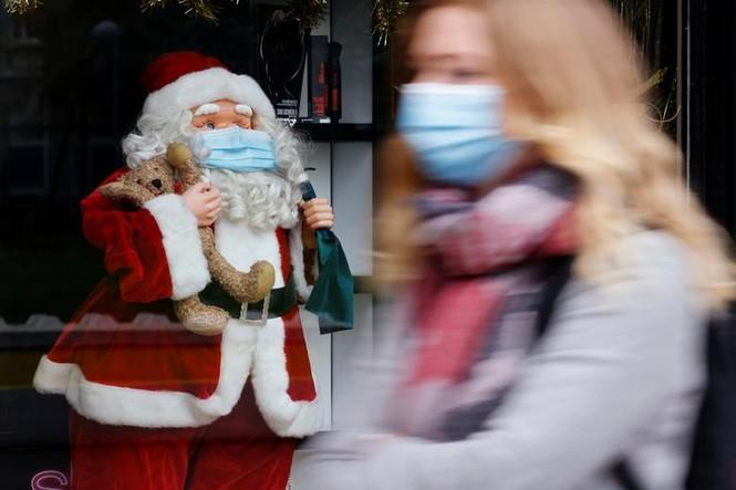 Giáng sinh thời COVID-19: Ông già Noel trong bong bóng, đồ trang trí cũng đeo khẩu trang - ảnh 7