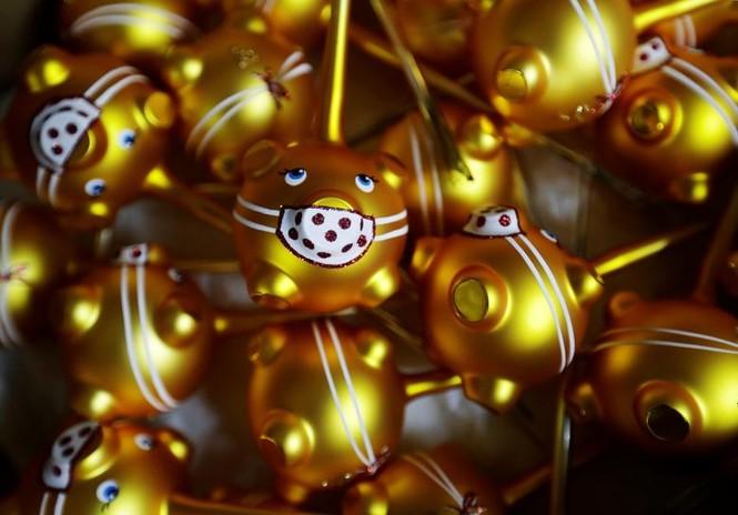 Giáng sinh thời COVID-19: Ông già Noel trong bong bóng, đồ trang trí cũng đeo khẩu trang - ảnh 8